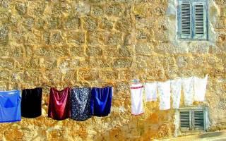 Как убрать жировые пятна с одежды. Как можно удалить жирное пятно с одежды