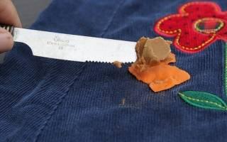 Убрать жвачку с одежды с помощью утюга. Что делать, если жвачка прилипла к одежде: как убрать жвачку в домашних условиях? Как вывести жвачку с куртки, джинсов, брюк, штанов, ткани: способы, инструкция
