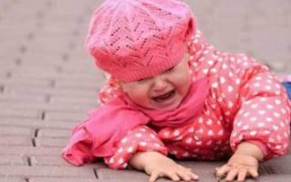Что делать если ребенок упал с дивана вниз головой, комаровский о ситуации. Что делать, если грудничок упал с дивана или кровати и ударился